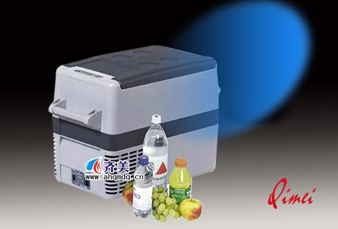 【产品名称】:CF-40压缩机汽车冰箱 【产品图片】  【产品说明】 产品名称:CF-40压缩机汽车冰箱 型 号:CF-40 容 积:37升(冷冻区:31升,冷藏区:6升) 电 压:12/24伏直流 平均功耗:45瓦 功 耗:功率X平均运作时间 制冷范围:+10C到-18C LED状态指示灯 保 温 层:不含氟利昂的高效PU保温层,环境温度下的平均运作时间 以冰箱中温度维持5C计算 在环境温度20C下18% 在环境温度32C下22% 制冷系统:制冷核心系统采用世界领先的丹佛斯密封式压缩机BD35F